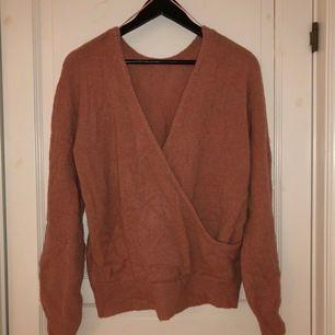 Aprikos färjad tröja, färgen görs ej rättvisa på bilden, från NAKD. Kan användas åt båda hållen med överlappningen fram eller bak. Jättefin!!!