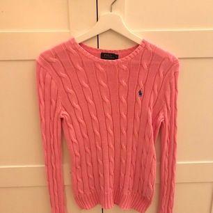 Super fin kabelstickad tröja, köpt på NK i Stockholm och säljs pågrund av att den inte kommer till användning längre. Storlek S, köparen står för frakten.