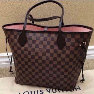Säljer en Louis Vuitton väska som är neverfull och den är ny och inte ens använd det är den bästa kopian som finns och de ser inte ens fake ut men när jag skulle ta ut den så råka jag skrapa den lite med min armband men den syns knappt gör skriv för fler
