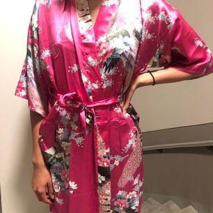 Jättefin kimono i silke. Köpt i Indien förra året, men har aldrig använt den. Skulle säga att den passar alla storlekar. Köpte för 250kr, säljer nu för 100kr+frakt.