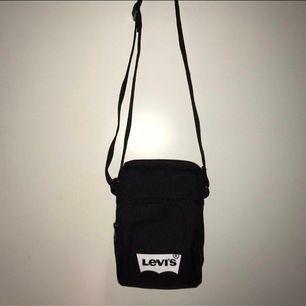 En snygg väska från levis (köpt på åhléns) i väldigt fint skick, bara använd ett fåtal gånger. Buda från 100kr i kommentarerna