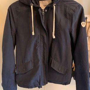 Marinblå tunnare jacka till hösten eller våren. Jackan är från only i storleken s. 120kr inklusive frakt.