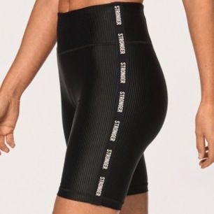 Säljer mina splitternya biker-shorts från stronger: prislapp och allt kvar :) nypris: 499:- säljer dom för 300:- möts upp i Sthlm eller frakt, 39kr i fraktkostnad! De passar till precis lika bra till vardags som gymmet 💕