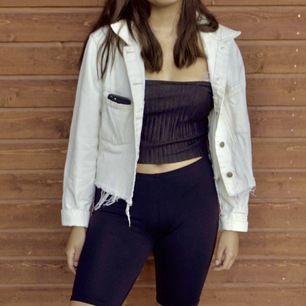 Oversized jeansjacka som vi blekt från beige till vit! Stl L. Pris eller högsta bud, frakt tillkommer!