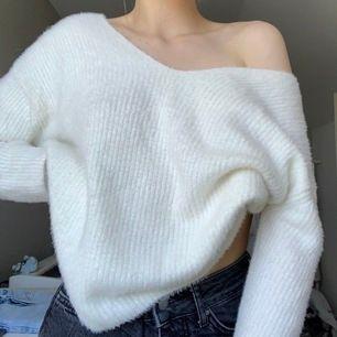 Vit finstickad tröja från H&M i storlek S. Består av 52% akryl och 48% polyamid. Använd enstaka gånger. Frakt tillkommer.