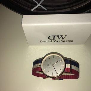 Säljer min stilrena Daniel Wellington roséguld - Classic Cambridge klocka i väldigt bra skick.   *Behövs endast ett batteribyte, då den inte använts på väldigt lång tid.