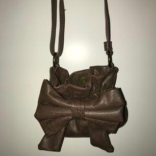 En superfin liten brun väska! Använder inte och därför säljer jag den. Säljer den för 40kr plus frakt!