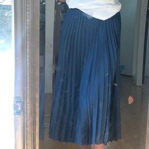 (Sorry för smutsig spegel) Säljer denna så somriga kjol från zara! Jag är 162 cm. Aldrig Andvänd då den inte har varigt min stil, men så fin! Möts upp i Sthlm.