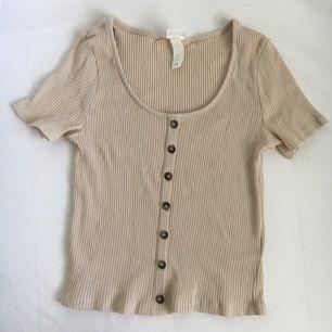 En söt beige tröja, köpt något år sedan men aldrig använt då den bara legat🌸