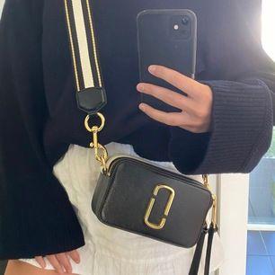 Ursnygg Marc Jacobs väska i mindre storlek. Fick den förra året men använt ca 5 gånger. Väskan är helt orörd i skicket utan revor, sprickor eller förstörda sömmar. Köpt på NK i göteborg, kvittot finns kvar! Köpte väskan för 3600kr.