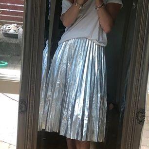 Säljer denna så coola kjol från zara,perfekt till fest och vardags. Jag är 162 cm lång,möts upp i Sthlm!