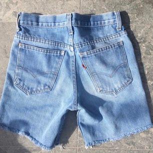 Jättefina vintage Levi's jeans shorts. Frakt tillkommer 💕💕 Köpta på LTrainVintage i ny 🥺