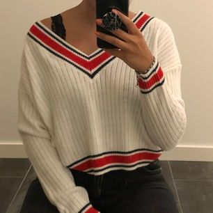 så himla fin vit stickad tröja med röda detaljer, superfint med en bralette under ☺️ använd någon enstaka gång så i princip nyskick