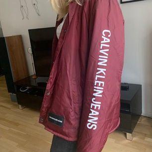 Riktigt go Calvin Klein jacka, använt ett fåtal gånger. Passar bra som jacka i alla årstider! BUDA!
