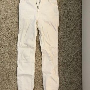 Vita wrangler jeans köpta på general panta &co i Australien. Köpte för 700kr. Modellen på jeansen är Hi Pins... Knappt använda då de är för små. Jättebra kvalitet:)