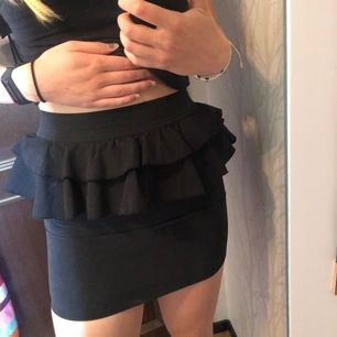 Supersöt svart kjol köpt på Gina Tricot! Mycket fint skick. Materialet är jätteskönt, fake-mocka. Mycket stretch i midjan. Storleken är 34 och jag har 38/40 så därför sitter kjolen extra tajt på mig. Köparen står för frakten🖤
