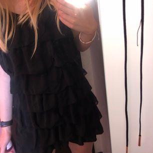 Svart klänning med volanger. Skitsnygg på fest! Mycket fint skick. Köparen står för frakten🖤