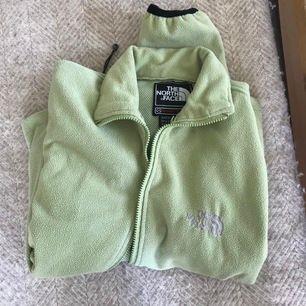 Pastellfärgad the north face tröja, säljer då den ej kommer till användning