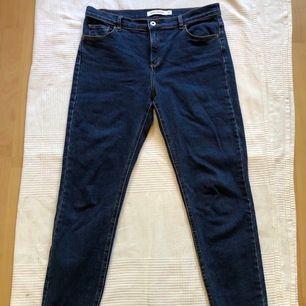 Sköna blå jeans från Carin Wester. Strl 40 men sitter mer som 38. Älskat dessa! Mkt skön passform, men tvärr passar dom inte mig längre. 200 sek + frakt