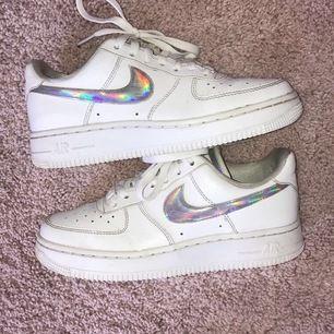 Säljer mina Nike air force 1 ✨. Säljer pga att den är försmå, har haft dem i 1-2 månader☀️. Storlek 37.5 (US 6.5) Slutsålda på alla hemsidor du kan köpa skorna på. Det är budgivning, budet börjar på 500kr + frakt. Budet är nu på 500kr + frakt ⚡️