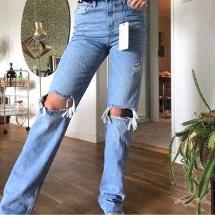 *Lånad bild. Intressekoll på mina jeans från Zara i storlek 36. ❗️HELT NYA MED PRISLAPP KVAR❗️ Givetvis originallängd. Alternativt om någon vill byta mot ett par i samma skick i 38. 🧚🏻BUDA🧚🏻 Högsta bud: 800 kr
