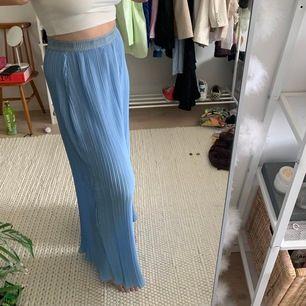 Ljusblåa plisserade vida byxor från H&M. Långa i benen, jag är ca 182cm o de går nästan hela vägen ner på mig! Resor i midjan så passar fler storlekar skulle jag säga! Fint skick, köpare står för frakten!