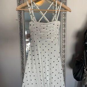 Helt oanvänd klänning köptes för några månader sedan, storlek 8 vilket är som en 36. Jätte skön, snygg rygg