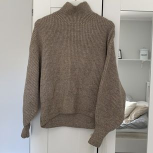 Superfin grovt stickad tröja med polokrage i en brun färg från H&M. Köptes i höstas men använd få gånger. Tröjan har ballongärm och är felfri. Kan mötas upp i Kalmar / Torsås kommun annars står köparen för frakten:)