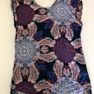 Skitcool tröja med lite 90-tals inspirerat mönster. Använd fåtal gånger. (Frakt ingår ej i priset) 😊