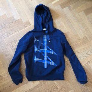 Fin hoodie från Carin Wester. Ej nopprig, inga tecken på användning. Köparen står för fraktkostnad. Kontakta gärna vid frågor :)