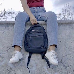 Liten mörkblå ryggsäck från Champion. I använt skick men fint skick! Banden går att dra ut så det passar både barn och ungdomar/vuxna! 125kr eller högsta bud + frakt🦋