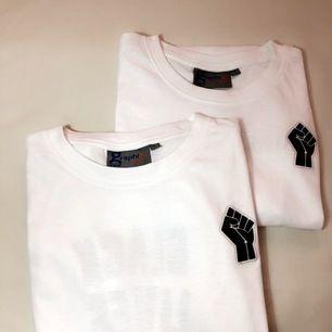 Vi säljer BLM t-shirt i syfte med att donera till BLM röreseln. Tröjornas kostnader går till BLM donationerna. Storlek S kostar 80kr, M kostar 90 & L kostar 100 (frakten kostar 15 kr !!)