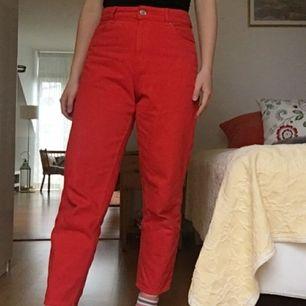 🌟 Rensar inför flytt, sista juli skänker jag bort allt som inte sålts! 🌟 Röda jeans med den perfekta mom jeans-passformen från Monki, i princip oanvända. Spårbar frakt på 63 kr!