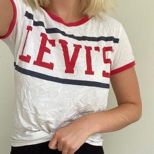 Snygg t-Shirt från Levi's som behöver strykas hehe, säljer för att jag inte använder den längre. Inga fläckar eller hål, färgen är som på bilden. Kan mötas upp i Västerås annars står köparen för frakten💕