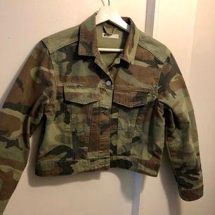 Jeansjacka i kortare modell med camouflagemönster i storlek S. Köpt här på Plick och använd endast en gång av mig. Frakt ingår i priset!☺️
