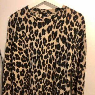Supermysig tröja med leopardmönster i storlek S. Frakt ingår i priset!🐆