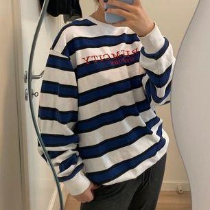 En snygg oversized sweatshirt som inte kommer till använding längre🖤 Kolla gärna in i min profil för flera snygga plagg😍