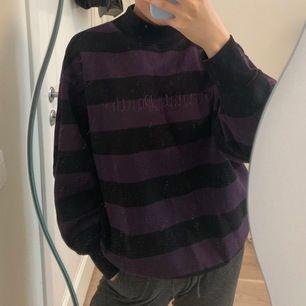 Väldigt cool och mysig tröja som sitter väldigt snyggt🖤 Kolla gärna in i min profil för flera snygga plagg😍
