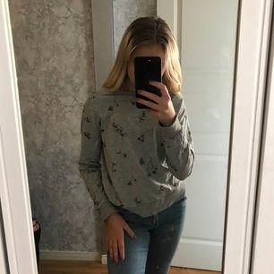 En grå sweatshirt med olika blommor och fjärilar på! använd sällan pga inte min stil längre, i storlek XS från h&m💓 kom privat för för mer detaljer