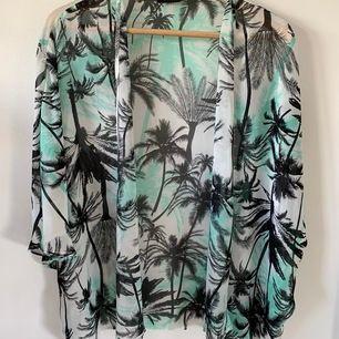 Härlig luftig kimono i perfekt skick. Skriv för fler bilder!