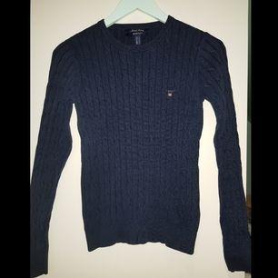 Marinblå kabelstickad tröja från GANT i materialet