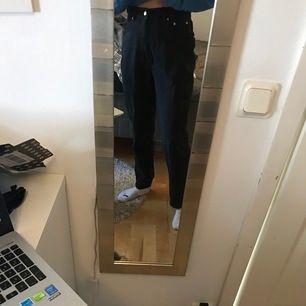 Köptes från tise, men har andra mom jeans som jag använder mer, jag är normalt en s så de är lite stora på mig , skulle säga att det passar en m bra ☺️ måtten är 30x32. Jättefint skick, fraktkostnad tillkommer