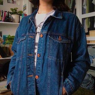 Oversized jeansjacka från Monki! Köpt för ungefär två år sedan men knappt använd, inte riktigt min stil. Frakt tillkommer!❤️