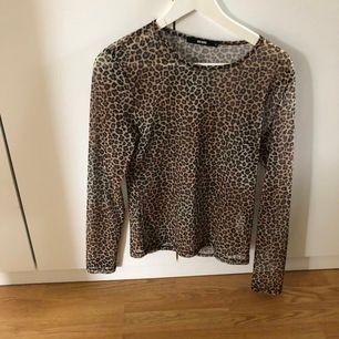Denna tröja i leopard från bik bok är perfekt till fest eller utgång. Använd några gånger och är i storlek s. Skönt material och väldigt snygg.