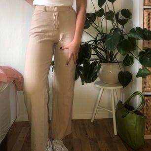 Vintage Emporio Armani byxor i beiget tyg🧸🤎Benen är raka och tyget är luftigt och skönt lite linne aktigt. Byxorna är i väldigt bra kvalitet och har bara använts av mig en gång🪐 köparen står för frakten🤎 Detta är verkligen en perfekt sommar byxa☀️