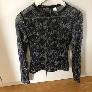 Denna tröja kommer från h&m och är i storlek s. Använd några gånger. Perfekt till fest eller utgång. Mönstret är lite ormigt.