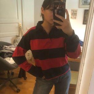 En randig lång ärmar piké tröja. Jag klippte av den för ett tag sedan då jag tyckte den var för lång. Tycker om denna as mke men används för lite. Passar mig som är en S/M.