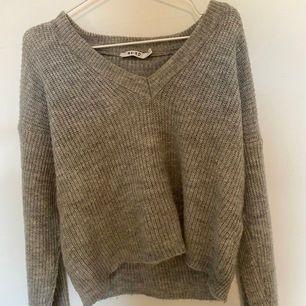 Säljer en supermysig grå stickad tröja från NA-KD. Säljer då jag använt en gång och hoppas någon annan kan få användling för den❤️ Jätte fin på, orginalpriset är 400kr. Frakten ingår i priset🥰