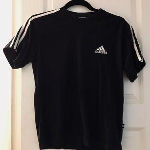 Kortärmad T-shirt #Adidas i bra skick. Kan postas eller mötas upp i Farsta C
