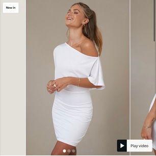 Säljer denna klänning, helt oanvänd! Slut på hemsidan i alla storlekar. Originalpris: 399 kr